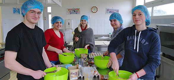 La cuisine. Préparation du repas par les élèves de l'École de Vie Don Bosco